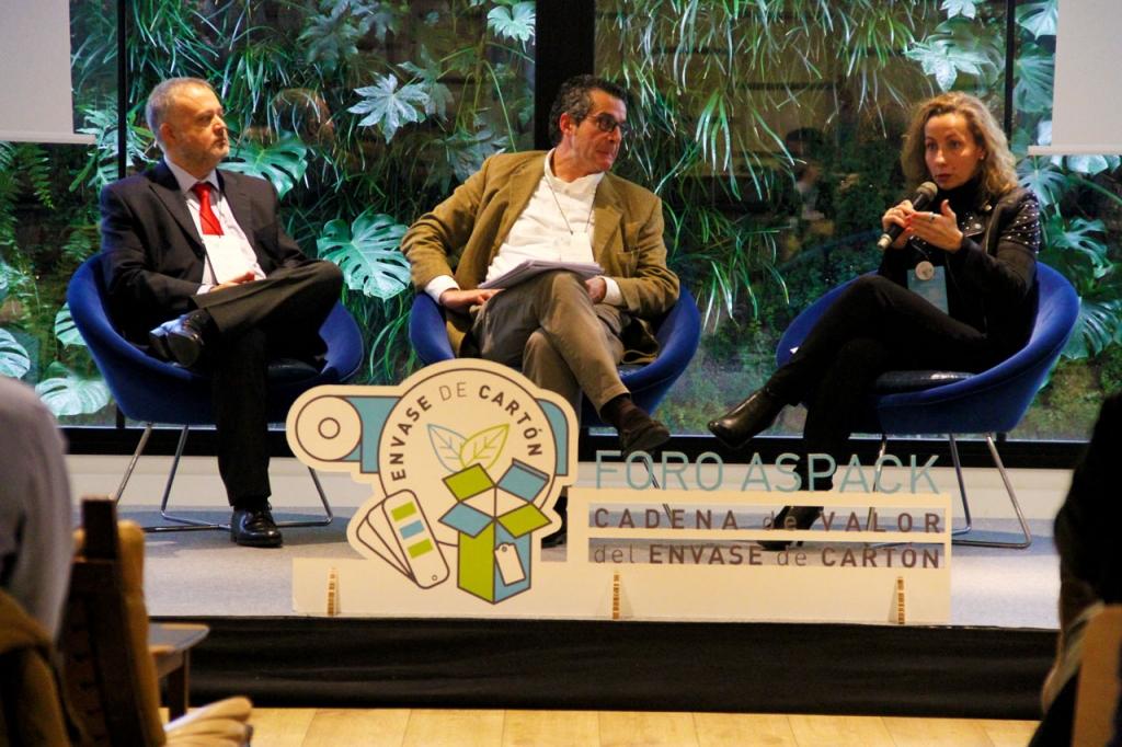 Santiago Olivares, de Nestlé; Antonio Martín, de Sanofi y Bárbara Mendoza, de Perfumes Loewe, participaron en el debate con marcas del Foro de la Cadena de Valor del Envase de Cartón de ASPACK.
