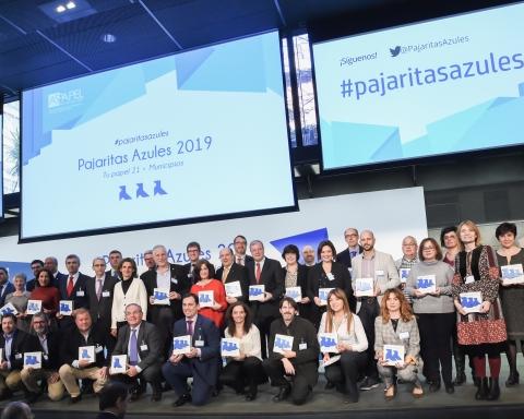 Los premiados con Teresa Ribera y Jordi Mercader Pajaritas Azules 2019