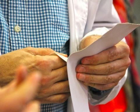 manos tocando papel
